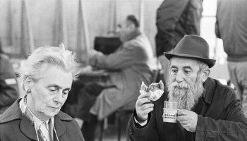 Couple. Tel Aviv, Israel. November 1971 (c) Elisa Leonelli