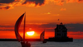 Lorain_lighthouse_with_boats_at_sunset